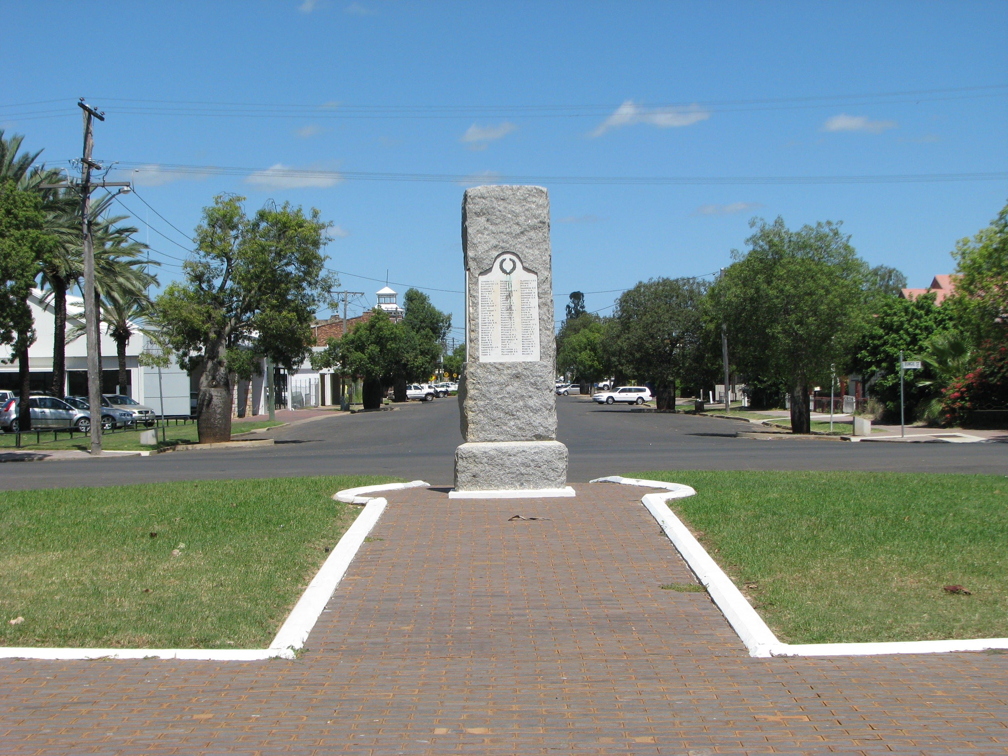 War Memorial and Heroes Avenue Roma - Accommodation Kalgoorlie